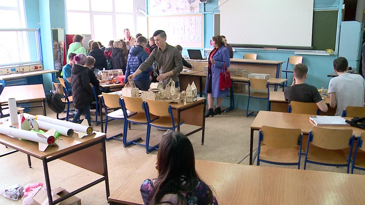 демонстрация работ школьников, выполненных на занятиях по лазерным технологиям на станках МиниМаркер-2 и Trotec