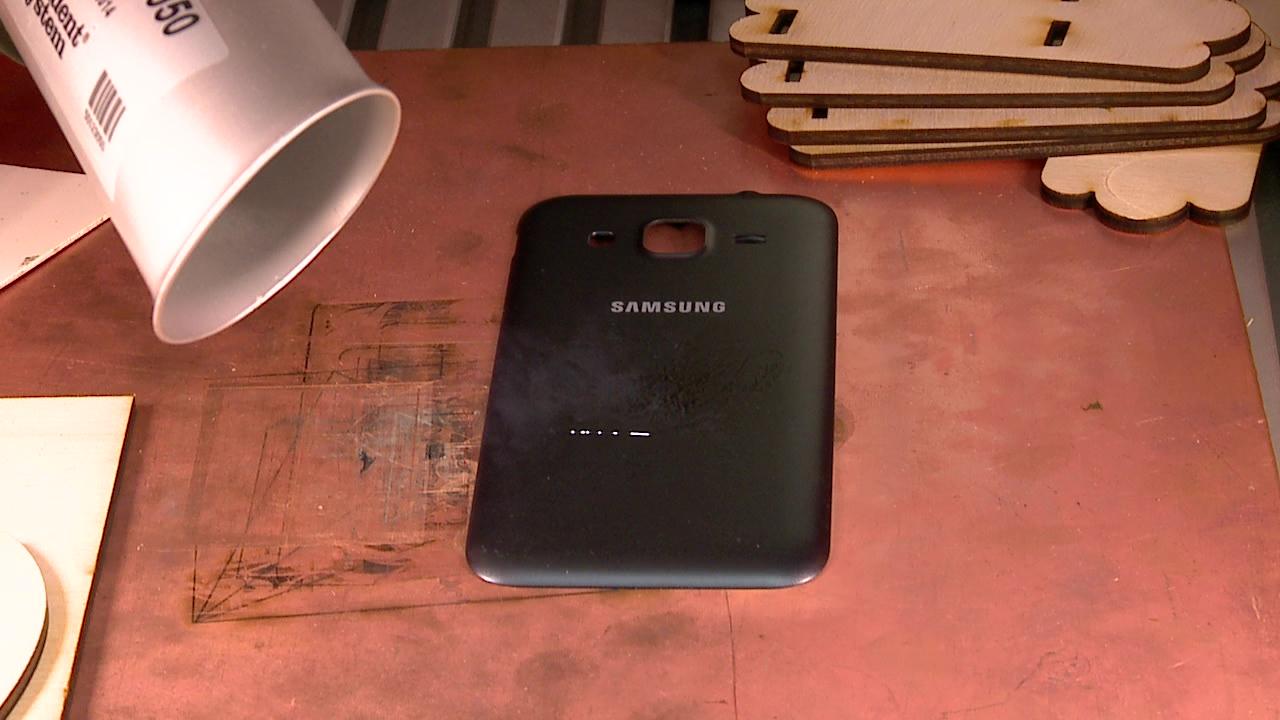 лазерная гравировка на корпусе телефона выполняется на лазерном станке МиниМаркер-2