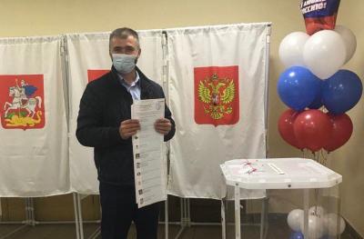 Голосует Константин Цуриков
